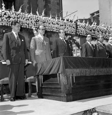 Adolfo López Mateos y secretarios de estado durante la ceremonia del natalicio de Benito Juárez en el hemiciclo a Juárez