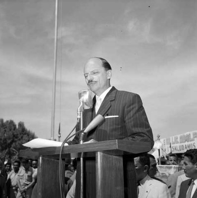 Antonio Ortiz Mena leyendo un documento en la Hacienda de Guadalupe durante el aniversario de Venustiano Carranza