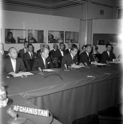 Adolfo López Mateos, Manuel J. Tello y funcionarios públicos analizando documentos en el Congreso de E. C. O. S. O. C
