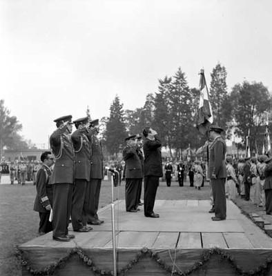 Adolfo López Mateos saluda a la bamdera en una ceremonia Militar