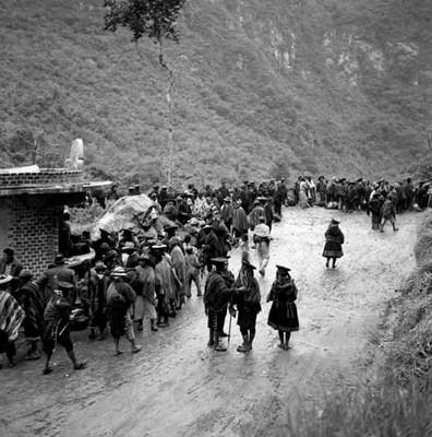 Quechuas ataviados tradicionalmente en la zona de Machu-Pichu