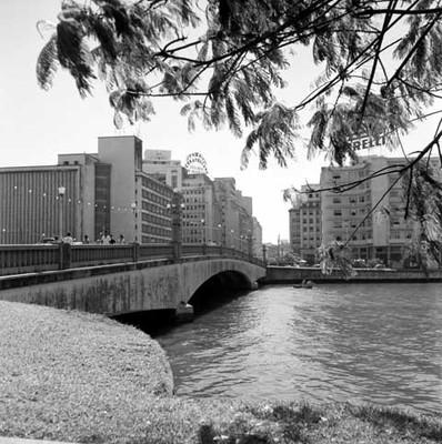 Edificios y río en la Cd. de Recife