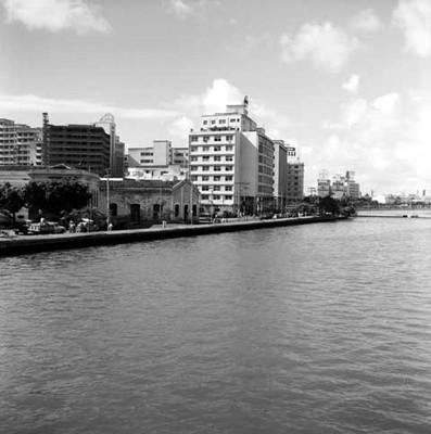 Edificios a la orilla de un río en la Cd. de Recife