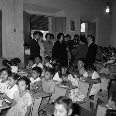 Eva Sámano conversando con un maestro durante su visita a una escuela en Cuernavaca