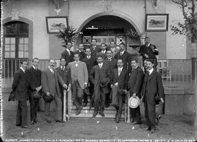 Agustín Víctor Casasola y demás miembros de la Agencia Mexicana de Información Gráfica, en el Hotel Jardín, retrato de grupo