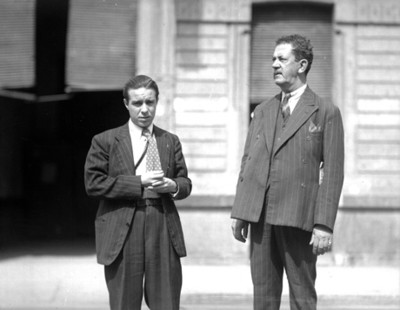 Faustino Mayo y Miguel Casasola, en una calle