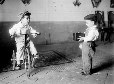 Niños con triciclo y cámara fotográfica