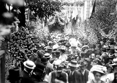 Verbena popular en el atrio de la iglesia de San Francisco