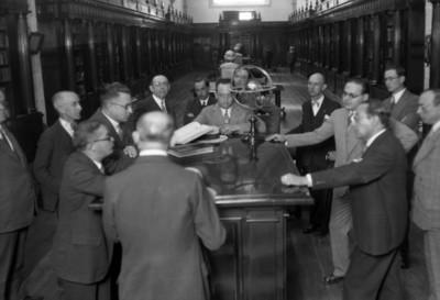 """Hombres conversan en un pasillo del """"Archivo General de la Nación"""""""