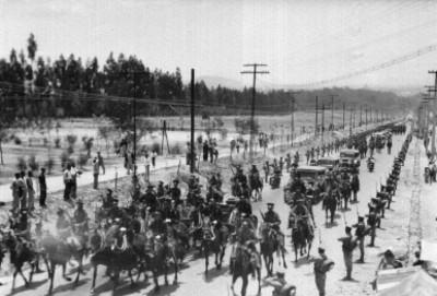 Militares y soldados en el cortejo fúnebre de alguna personalidad, en una calle