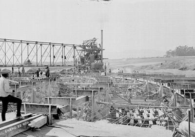 Trabajadores en la construcción de una estación de bombeo en el D.F.