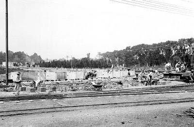 Trabajadores durante la construcción de una estación de agua