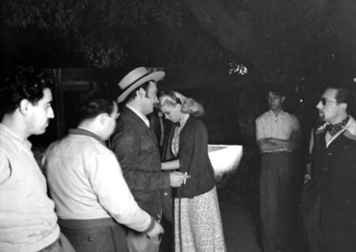 Jorge Negrete y actriz durante la filamción de una escena