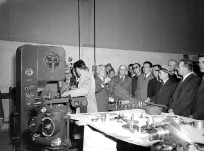Banqueros en un taller durante su visita a los estudios Tepeyac