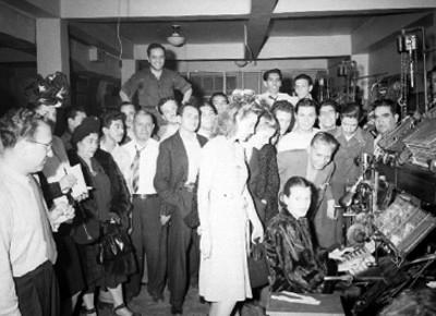 Rosario Granados y demás actrices protagonistas de la película Cinco Rostros de Mujer, visitan un periódico