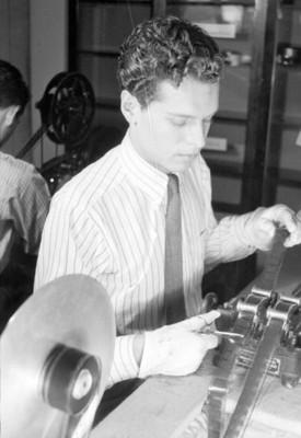 Hombre realizando una edición del Noticiero E.M.A.