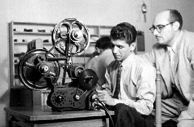 Editores montando un noticiero en un cinematógrafo
