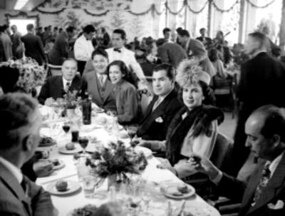 Artistas y productores de cine durante un banquete en la inauguración del Variety Club