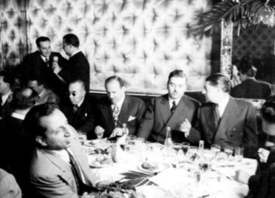 Empresarios cinematográficos conversando durante un banquete