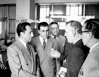 Empresarios cinematográficos conversando durante la fiesta de inauguración del Variety Club