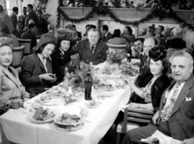 Empresarios cinematográficos y actrices en un banquete, retrato de grupo