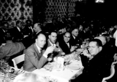 Empresarios cinematográficos conversando en el banquete durante la inauguración del Variety Club