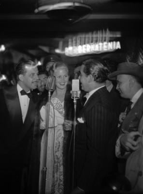Actores de Hollywood cantando durante un evento social, en un salón de los estudios Churubusco