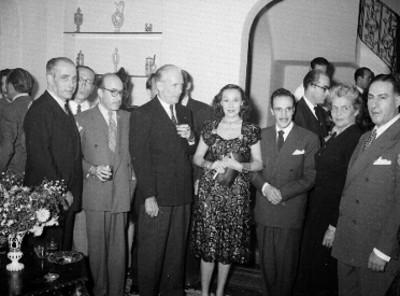 Gabriel Figueroa con artistas y productores de cine durante un homenaje en su honor en la embajada de Francia