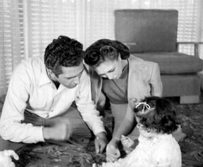 Rosita Arenas Y Abel Salazar Jugando Con Su Hija En El
