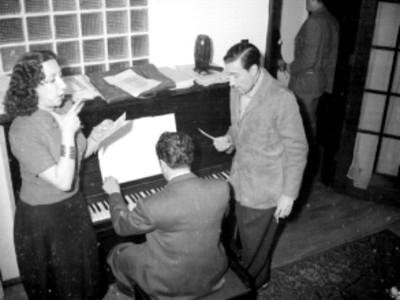 Díaz Conde y C. Guerrero de Luna durante la interpretación de una melodia, en la sala de una casa