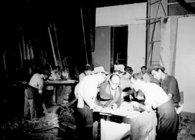 Carpinteros trabajadno en la construcción de un foro gráfico