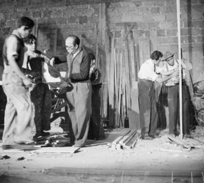 Carpinteros trabajando en la elaboración de un foro