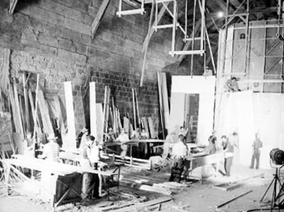 Carpinteros trabajando en la construcción de un foro