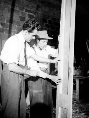 Carpinteros cinematográficos, sosteniendo un marco de madera