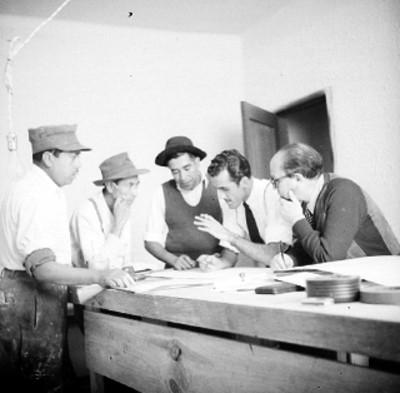 Carpinteros cinematográficos, observando unos planos