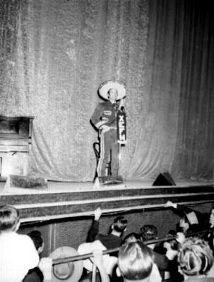 Jorge Negrete vestido de charro dirige un discurso durante un festival de cine