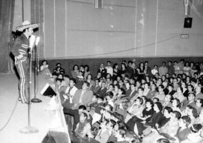 Jorge Negrete con traje de charro dirige unas palabras al público, durante festival de cine