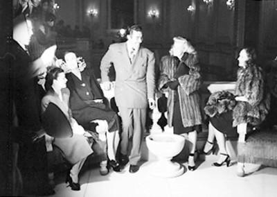 Dolores del Río con actrices y actores durante la premier de la película El Gran Hotel