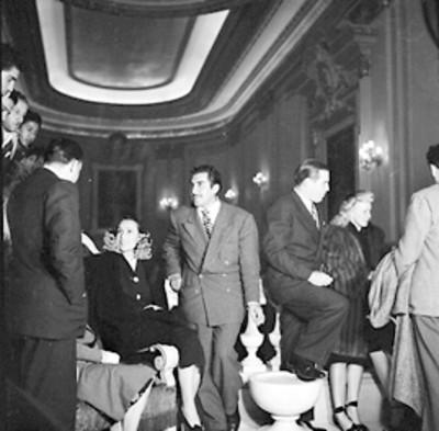 Emilio Fernández y Dolores del Río acompañado de actores durante la premier de la pelicula El Gran Hotel