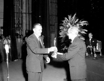 Productor de cine recibe el trofeo de los Arieles en Bellas Artes