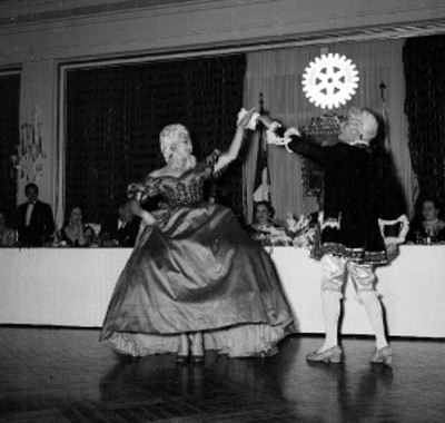 Bailarines ejecutando baile estilo Luis XV en el Club Rotario Internaiconal