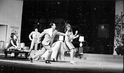 Sergio Corona Ortega con actores representando una obra teatral