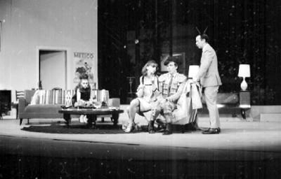 Sergio Corona con actores representando una obra teatral