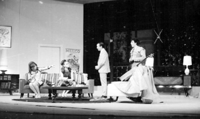 Sergio Corona con actores representan una obra teatral
