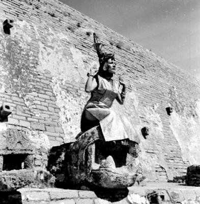 Bailarina sobre una pieza arqueológica en la interpretación de una danza azteca