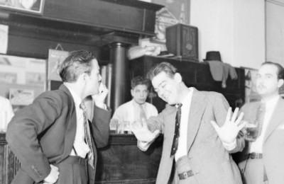 Actores conversando en la barra de una cantina, escena de teatro historieta