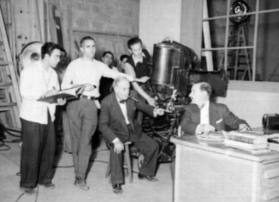 Director cinematográfico dando instrucciones a un actor en escena