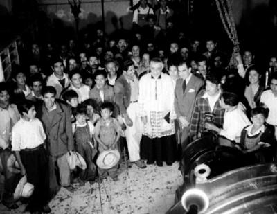 Alfonso Sordo Noriega, Luis M. Matínez y gente en la bendición de la estación de radio XEX