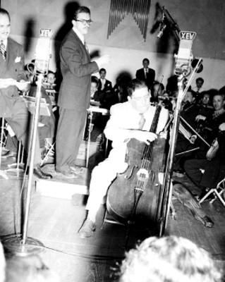 Orquesta tocando durante un programa de radio en los estudios de la XEW