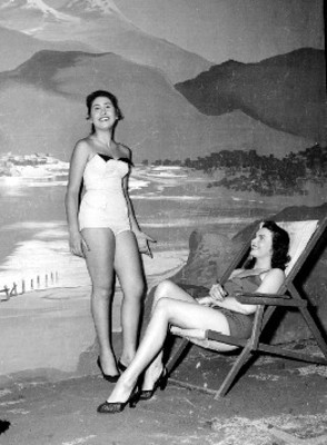 Modelos en traje de baño en un programa de TV, patrocinado por la Cervecería Moctezuma